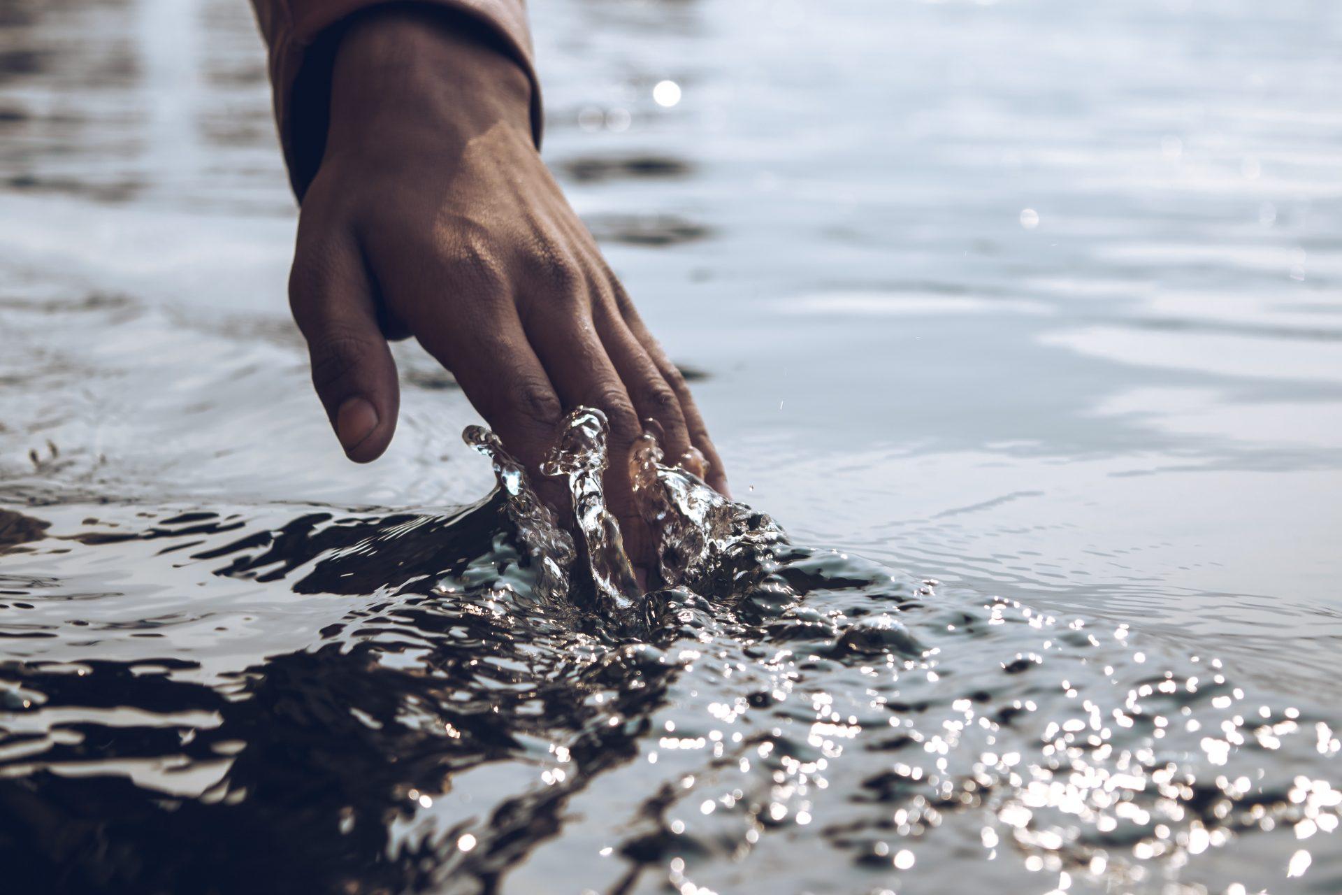 hand splashing the water